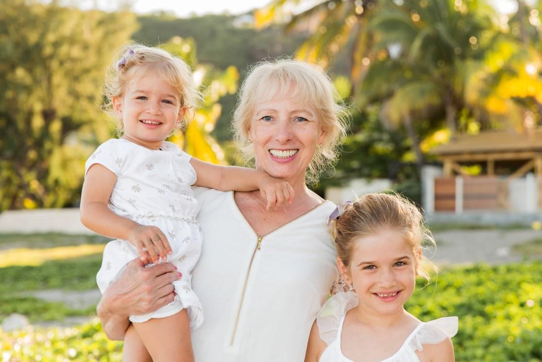 Une grand-mère et ses petites filles lors d'une séance photo de famille à la plage