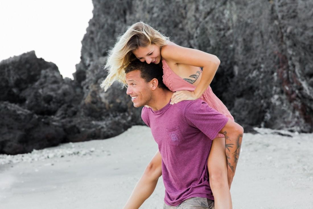 Un couple qui pose devant un photographe professionnel sur l'île de la Réunion