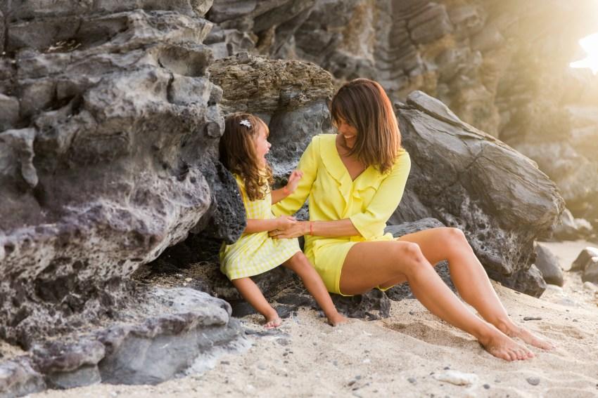 Une mère et sa fille qui joue sur une plage de l'ile de la Réunion