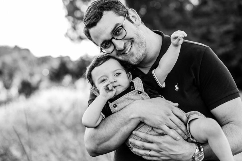Un bébé d'un an câliné par son papa