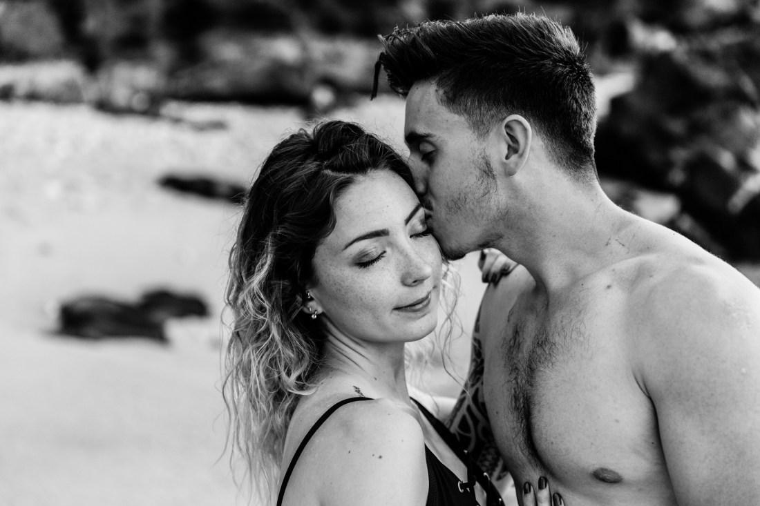 Un couple qui s'embrasse à la Réunion