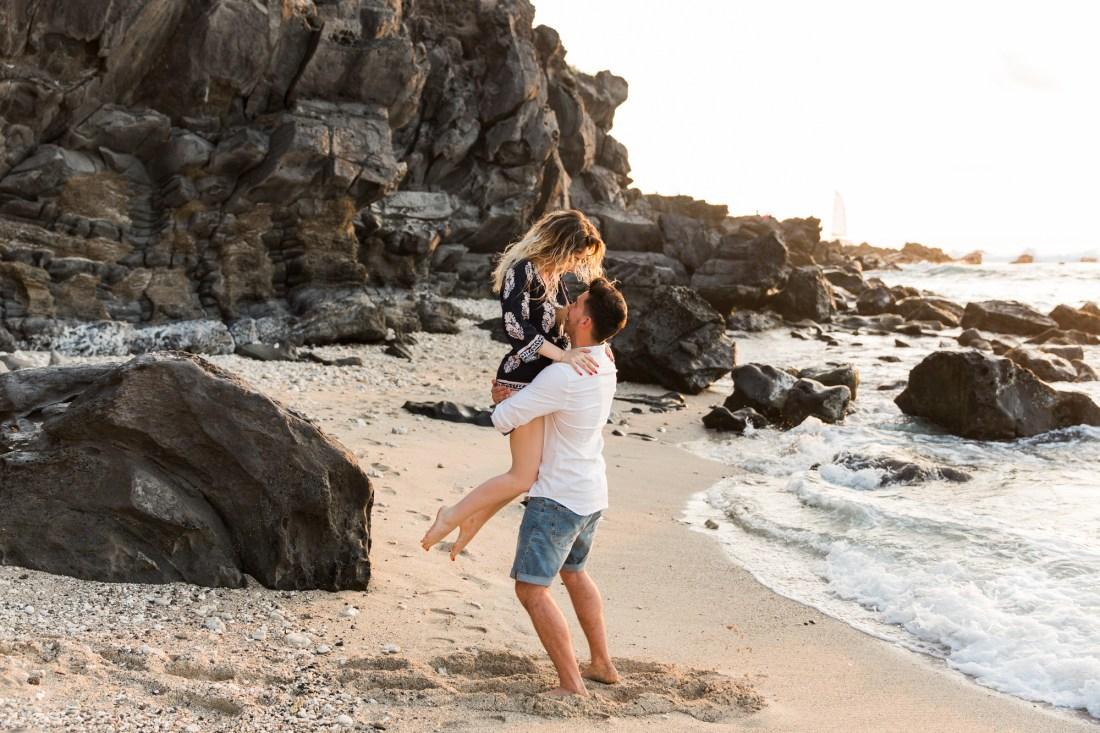 une séance photo entre amoureux sur une plage de saint gilles les bains