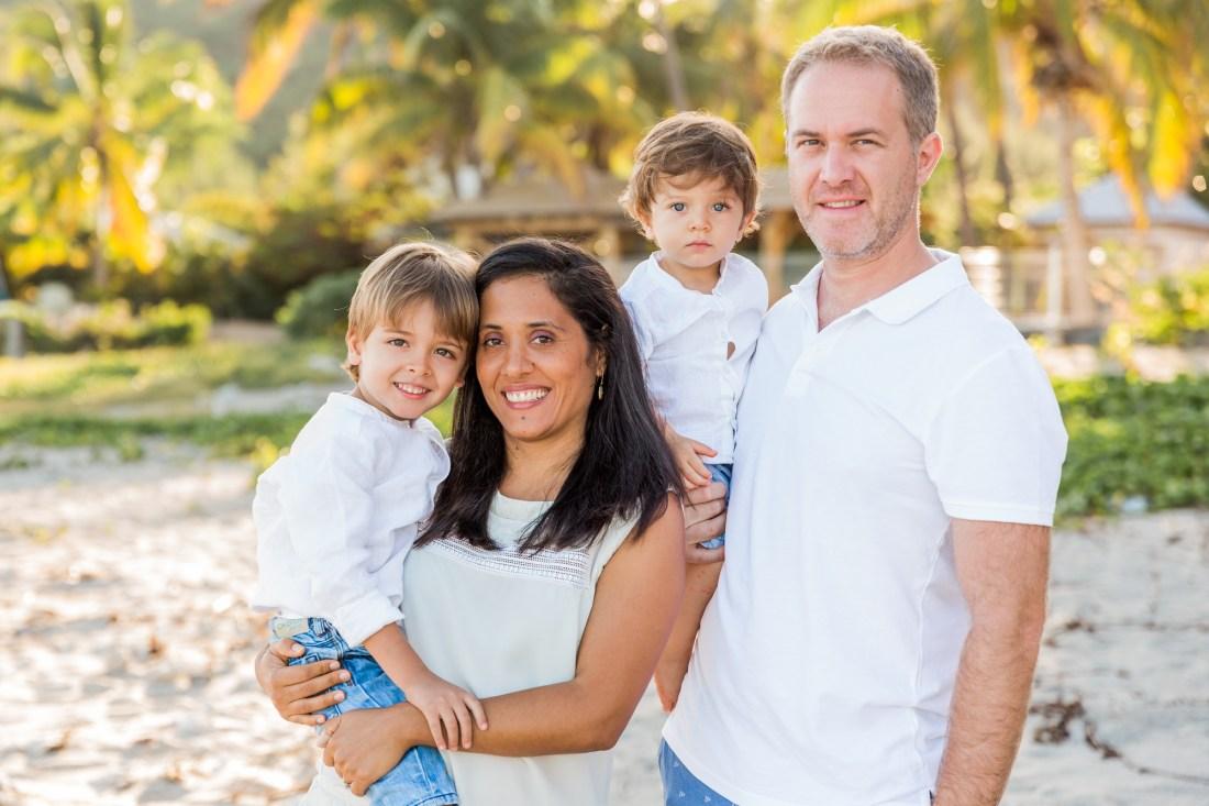 une séance photo sur la plage de boucan canot à la Réunion avec des enfants joyeux