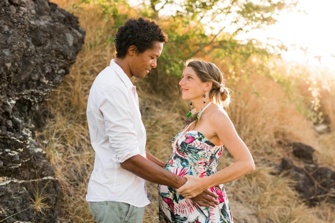 Un shooting grossesse sur l'ile de la réunion au coucher du soleil par une photographe de grossesse professionnelle de la Réunion