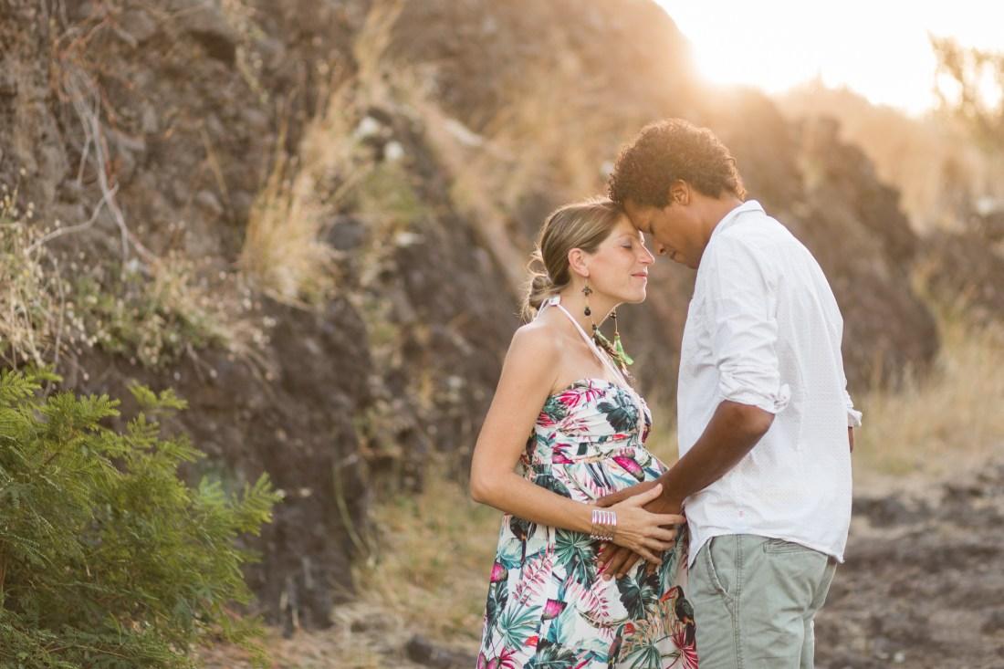 Une séance photo à la plage par une photographe de grossesse professionnelle de la Réunion