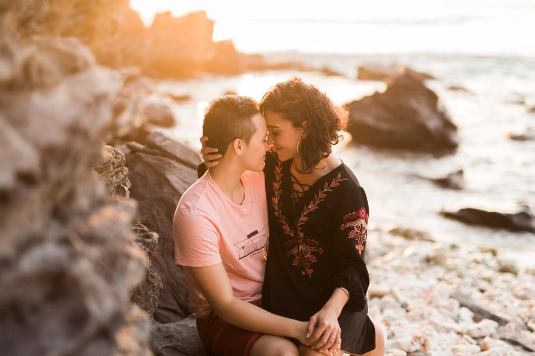 Un couple de lesbiennes sur la plage lors d'une séance photo