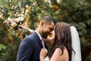 Des amoureux qui s'enlacent le jour de leur mariage