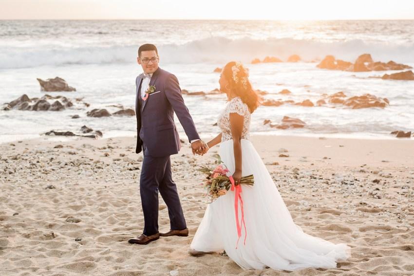 Des mariés durant leur séance de couple sur la plage le jour de leur mariage à la Reunion