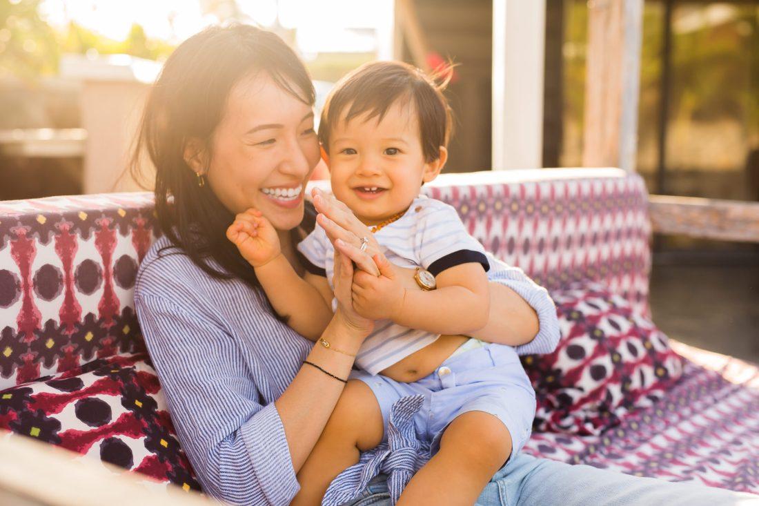 Un petit garçon et sa maman lors d'une séance photo en famille