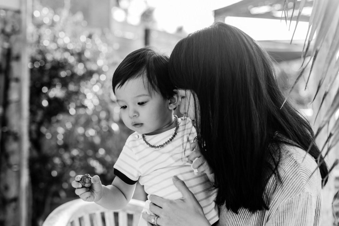 Un moment de tendresse entre une maman et son fils