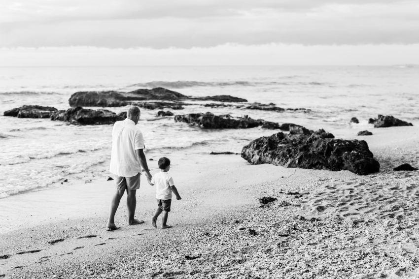 Un enfant et son papa qui se promène sur une plage de l'île de la Réunion lors d'une séance famille