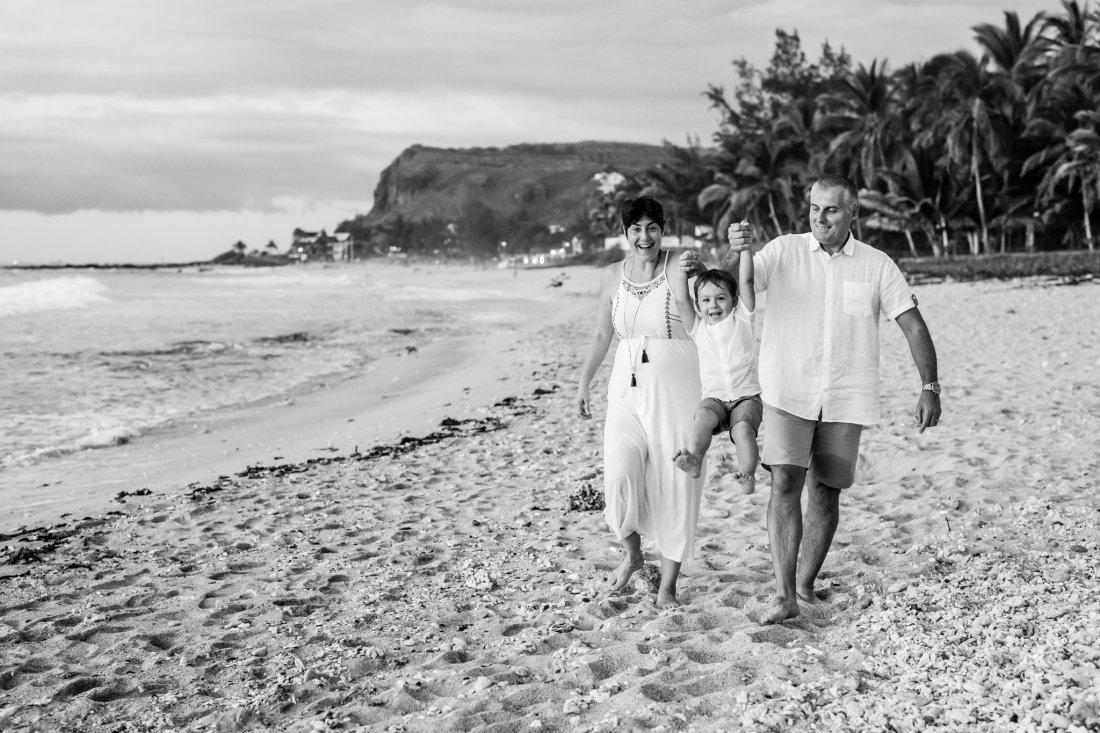 Une photo en noir et blanc d'une séance famille sur la plage lors de vacances sur l'île de la Réunion