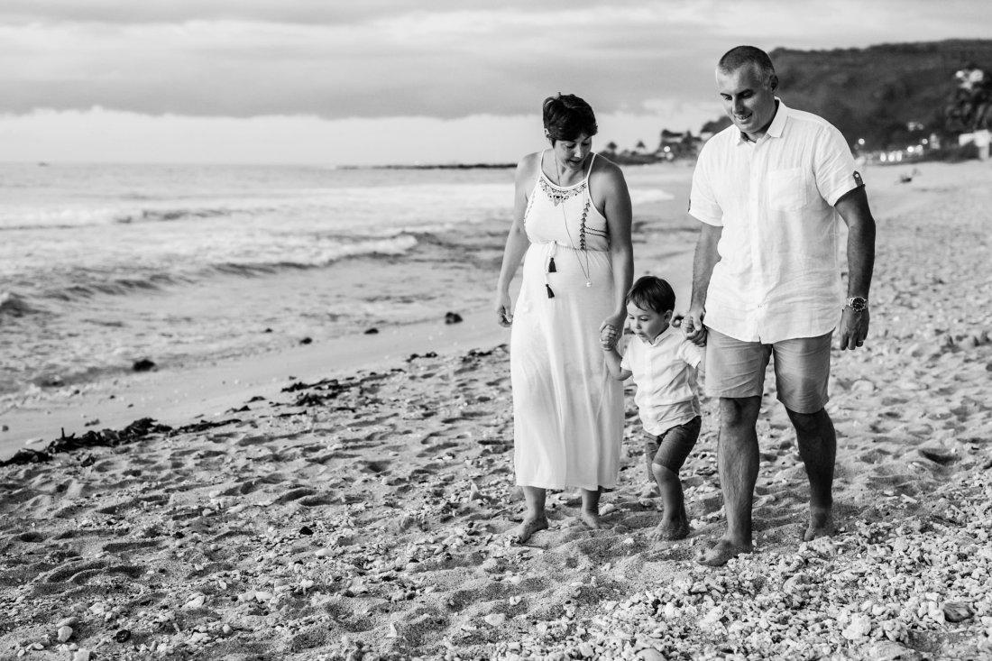 Une séance famille sur une plage de la Réunion à Saint Gilles