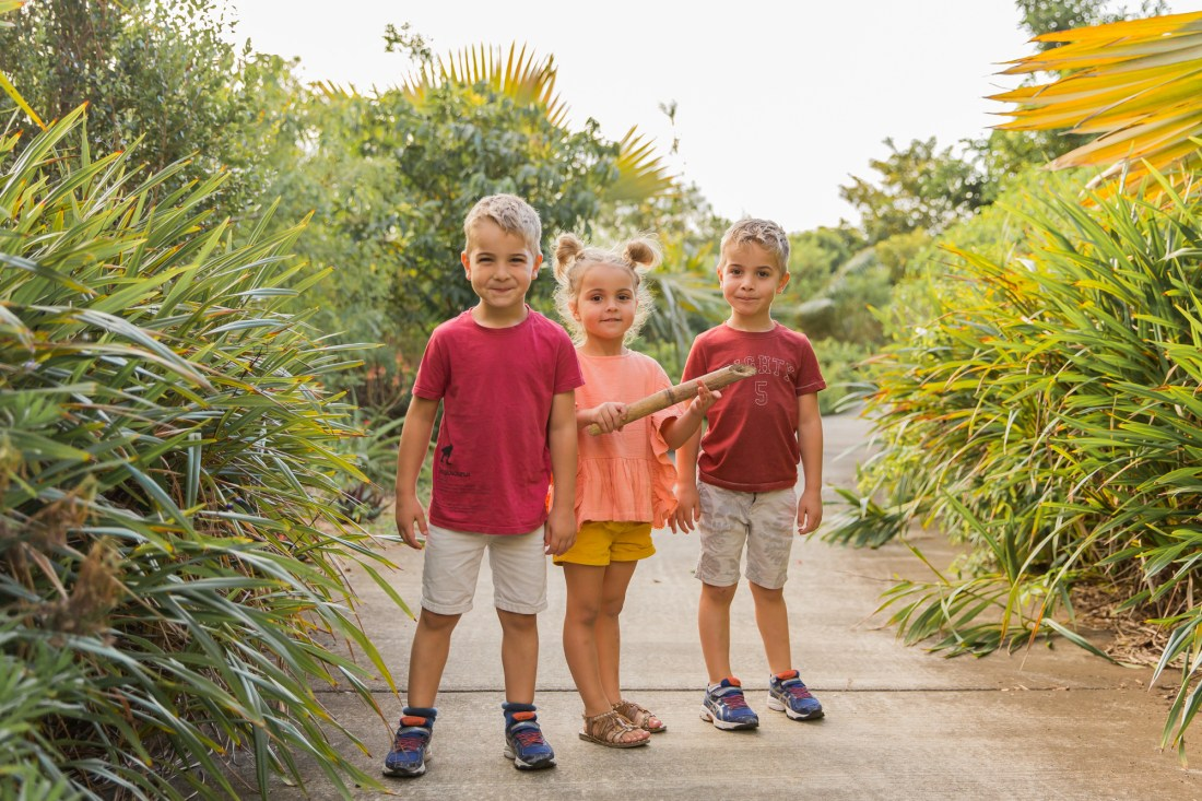 Une famille qui s'amuse lors d'une séance photo à la Réunion