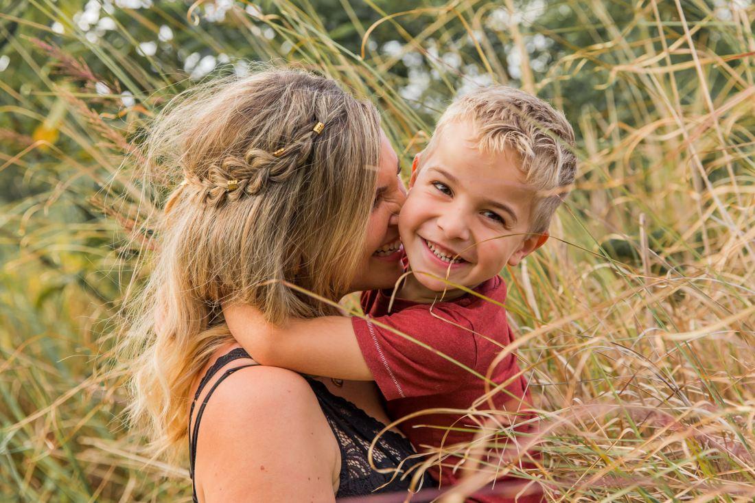 Une maman et son fils lors d'une séance famille