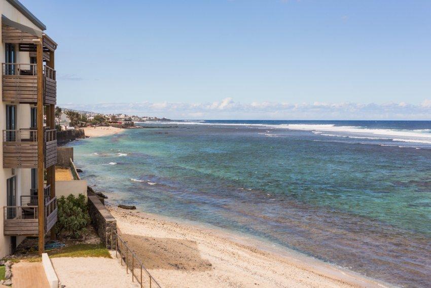 vue sur l'océan indien depuis une chambre de l'hôtel le battant des lames