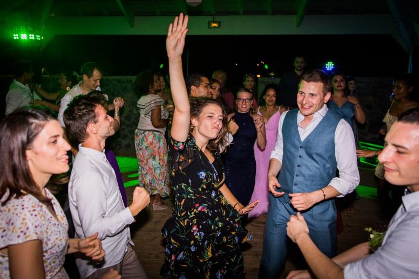 Dancefloor endiablé lors d'un mariage écoresponsable au lux de Saint-Gilles de la Réunion