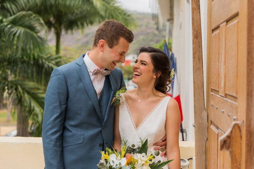 Un couple de marié souriant à la mairie de Saint Paul de la Réunion