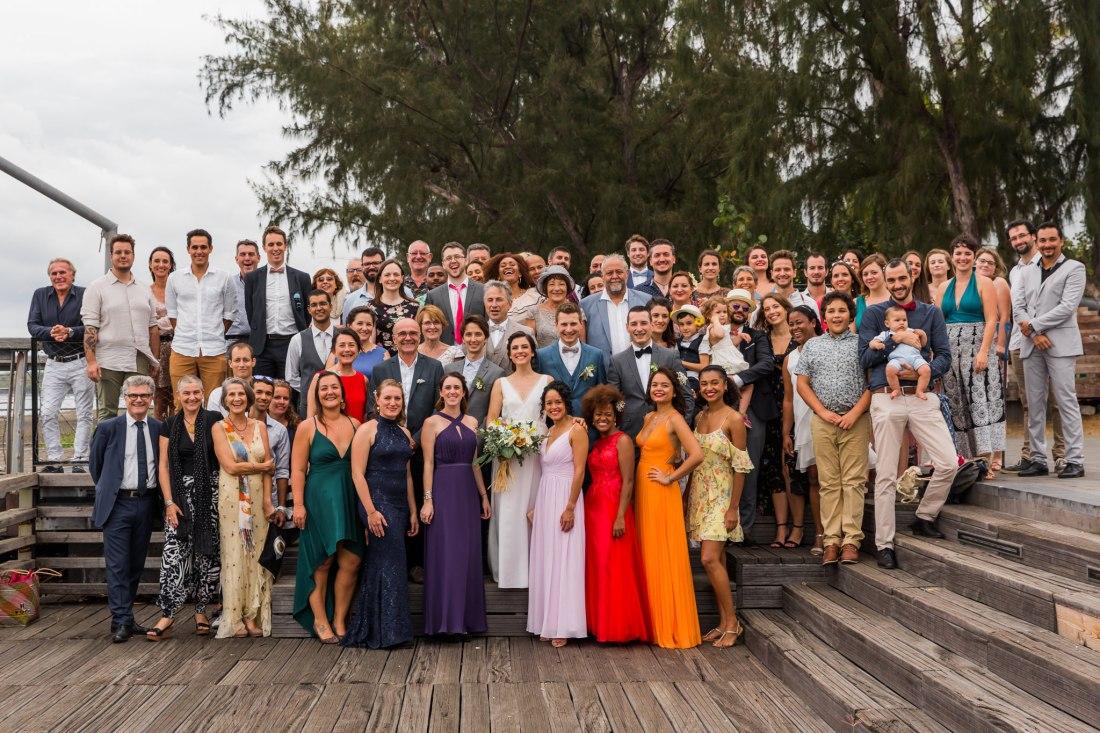 Photo de groupe lors d'un mariage écoresponsable sur le débarcadère de Saint Paul de la Réunion