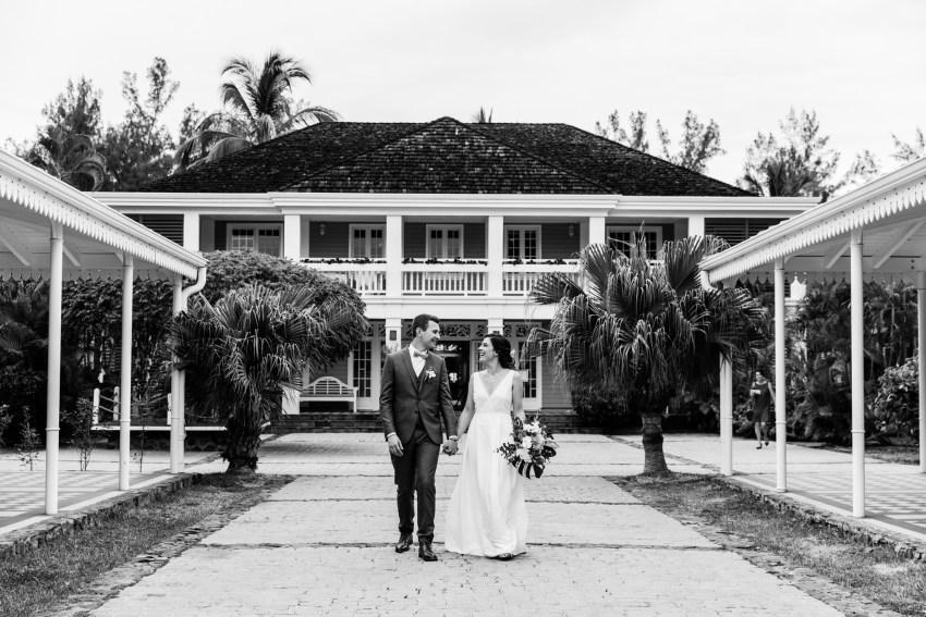 Photo de couple lors d'un mariage écoresponsable au Lux de Saint-Gilles de la Réunion