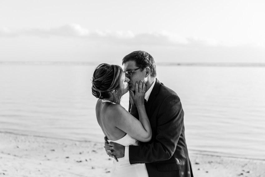 Un couple qui s'embrasse lors de leur renouvellement de voeux de mariage