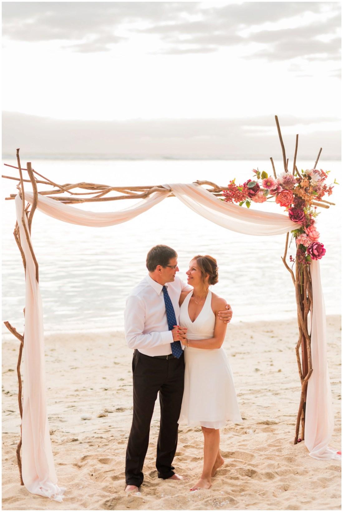 Un couple amoureux sur la plage lors de leur renouvellement de voeux de mariage