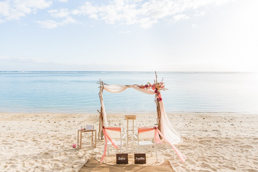Décor de cérémonie laïque sur une plage de la Réunion pour le renouvellement de voeux pour 30 ans de mariage