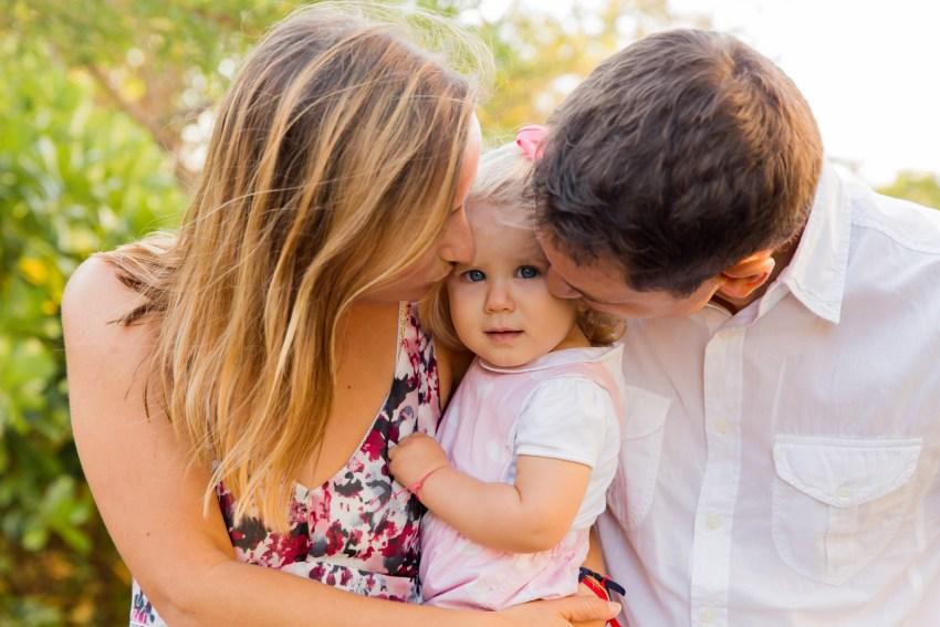 Une petite fille et ses parents lors d'une séance par une photographe de famille à la Réunion