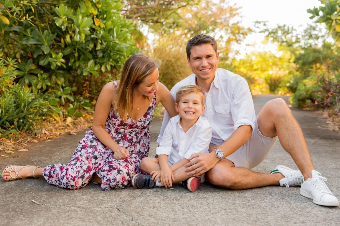 Un enfant et ses parents lors d'une séance par une photographe de famille à la Réunion