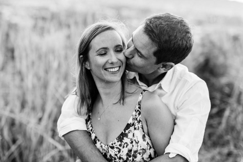 Un couple qui s'embrasse lors d'une séance photo à sainte-marie de la Réunion