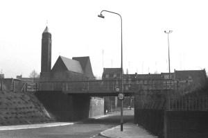 Fort Willemweg met spoor en St. Hubertuskerk 1970