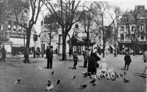 Vrijthof ±1910 duiven voeren