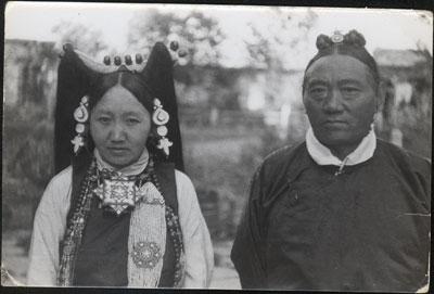Namgang Dazang Damdu alias Tsarong Dzasag (1886-1959) et sa femme © The Tibet Album