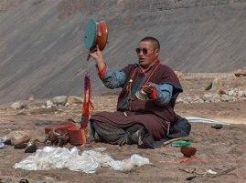 راهب تبتی در حال نیایش برای روح مرده