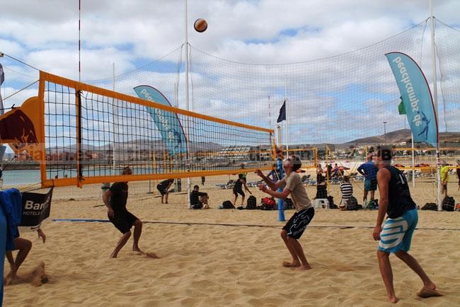75 deportistas alemanes han participado en un campamento de voley playa en Caleta de Fuste