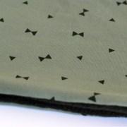 Cuello polar para adulto de triángulos negros sobre verde militar