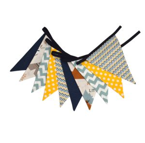 Guirnalda decorativa con estampado romántico de zorros en azul, gris, marrón y amarillo.