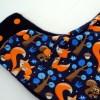 Gorro bufanda de ardillas y zorros en azul marino. Ideal para proteger del frío a los peques en invierno