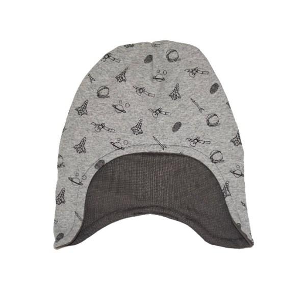 Gorro infantil de invierno con estampado de cohetes, planetas y platillos volantes. En color gris. Protege del frío cabeza y orejas