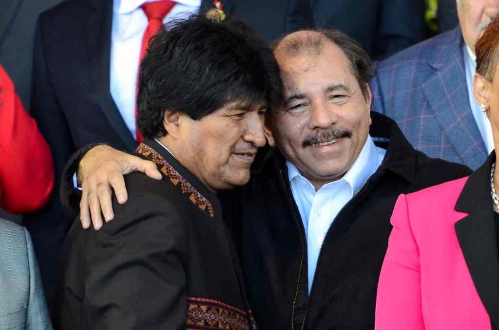 Evo Morales, ex-dictador de Bolivia, quien tuvo una hija con una niña de 15 años, en esta foto goza del reconocimiento del actual dictador de Nicaragua Daniel Ortega y quien violó a su propia hijastra. (Alberto Font/The Tico Times)