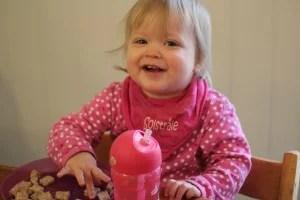 Amelia, godt i gang med frokosten sin
