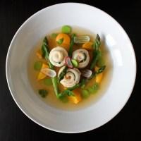 Filets de sole pochés, légumes printaniers et bouillon thaï