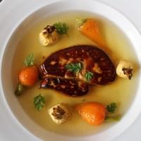 Foie gras poêlé, consommé de volaille et petits légumes