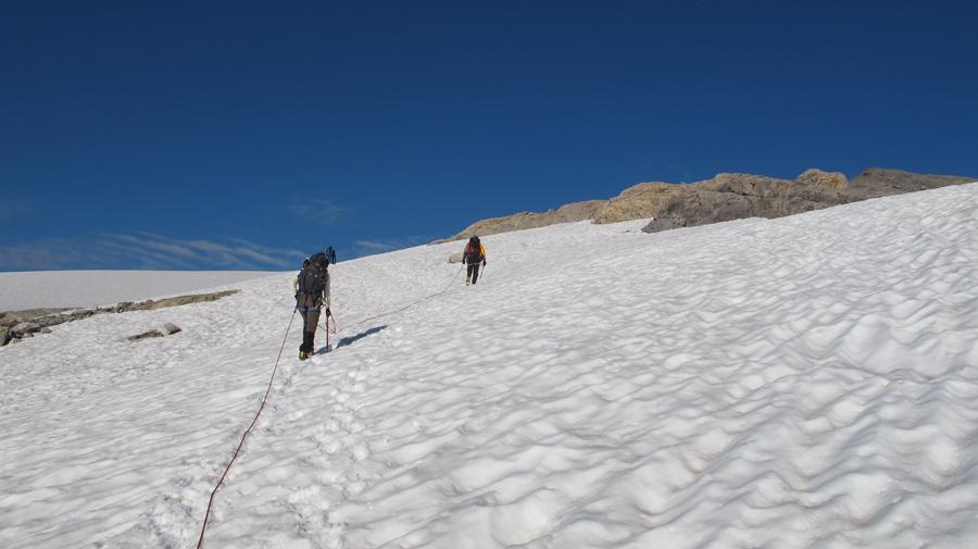 Weiter gehts am langen Seil über den gut eingeschneiten Tungelgletscher