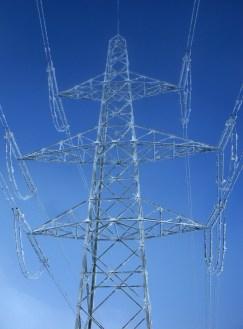 Überzuckerter Mast der Hochspannungsleitung am Gemmipass