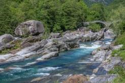 Verzasca, im Hintergrund die Ponte dei Salti