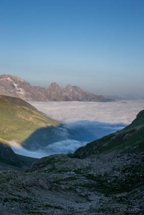 Fast schon herbstlich: Nebelmeer über dem Val Tuors