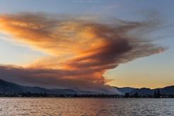 Was spektakulär aussieht, ist leider nicht wirklich schön: Rauchwolke eines Waldbrandes in der Nähe des Städtchens Oliver
