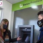 Gustavo Menéndez recibió a Juliana Di Tullio y visitaron Parque San Martín donde se instalaron dos nuevos cajeros automáticos del BAPRO
