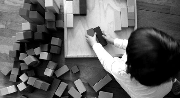 Como seleccionar juguetes y material para acompañar el juego infantil